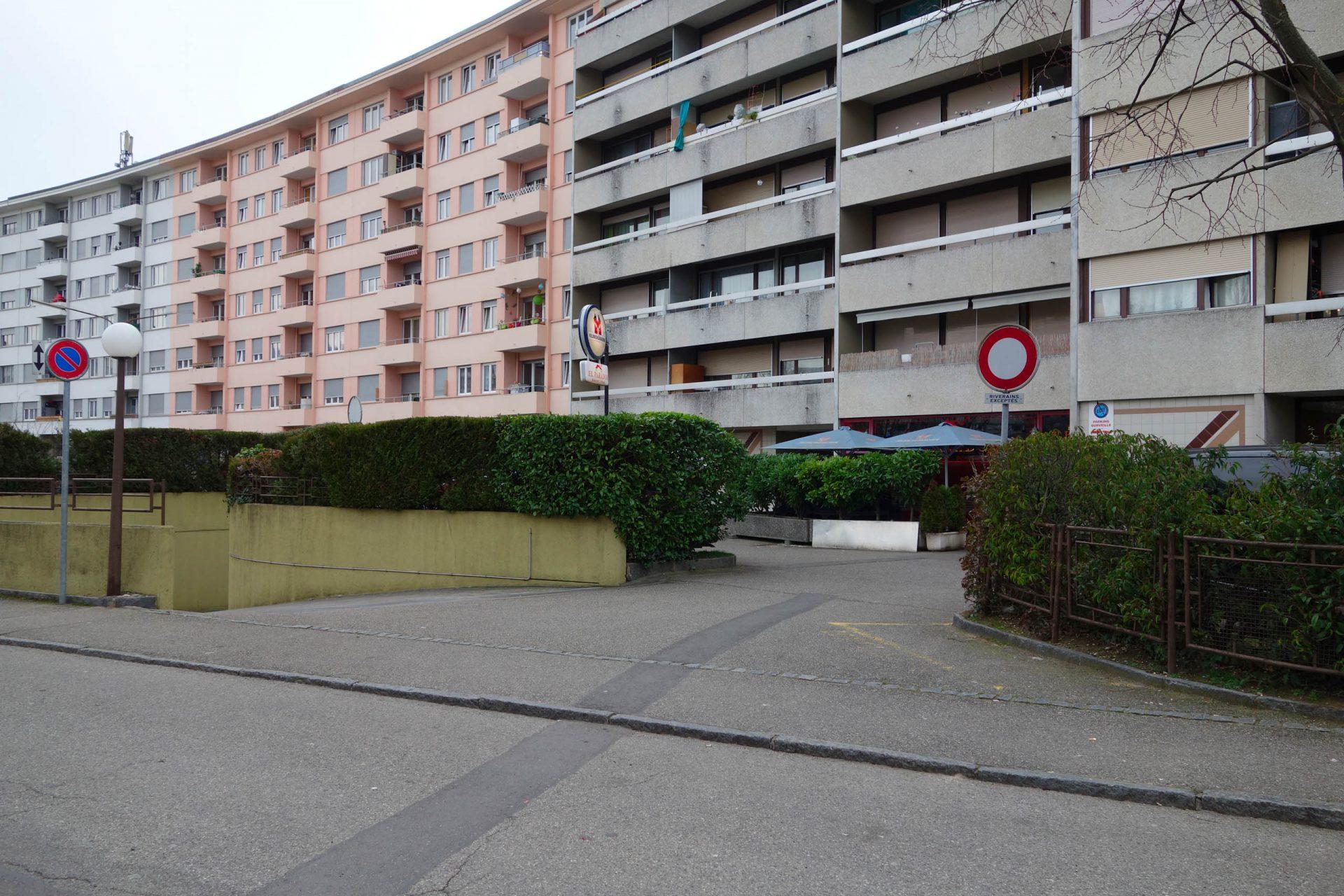 Rampe d'accès au parking sous terrain de l'immeuble d'habitation au chemin des Pontets